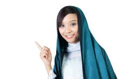 Lächelndes moslemisches Mädchen, das oben Finger zeigt stockfotografie