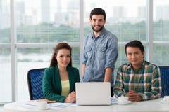 Lächelndes multiethnisches Geschäftsteam stockbilder