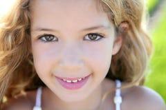 Lächelndes Nahaufnahmegesicht des schönen Portraits des kleinen Mädchens Lizenzfreies Stockbild