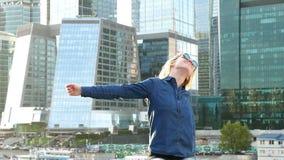 Lächelndes Nahaufnahmeporträt der Frau Junge schauende Berufskamera der Geschäftsfrau glücklich stock video