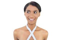 Lächelndes natürliches Modell mit messendem Band um ihren Hals stockfotos