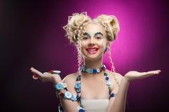 Lächelndes nettes blondes Mädchen des netten Gesichtes Kinder, dasdiy-Juwel acces trägt Stockfotografie
