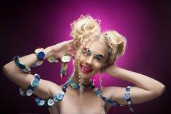 Lächelndes nettes blondes Mädchen des netten Gesichtes Kinder, dasdiy-Juwel acces trägt Lizenzfreie Stockbilder