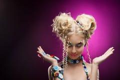 Lächelndes nettes blondes Mädchen des netten Gesichtes Kinder, dasdiy-Juwel acces trägt Stockbild