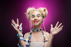 Lächelndes nettes blondes Mädchen des netten Gesichtes Kinder, dasdiy-Juwel acces trägt Stockbilder