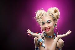 Lächelndes nettes blondes Mädchen des netten Gesichtes Kinder, dasdiy-Juwel acces trägt Stockfoto