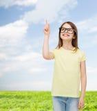 Lächelndes nettes kleines Mädchen in den schwarzen Brillen Lizenzfreies Stockfoto
