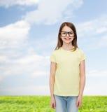 Lächelndes nettes kleines Mädchen in den schwarzen Brillen Stockfotos