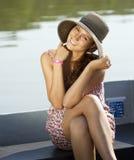 Lächelndes nettes Mädchen nahe einem See stockfotos