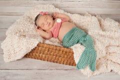 Lächelndes neugeborenes Baby in einem Meerjungfrau-Kostüm stockbilder