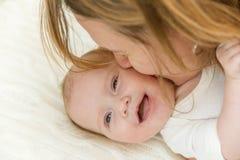 Lächelndes neugeborenes Baby und Mutter Lizenzfreies Stockfoto