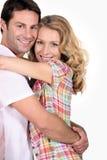 Lächelndes Paarumarmen Stockbild
