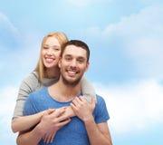 Lächelndes Paarumarmen Lizenzfreies Stockfoto