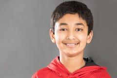 Lächelndes Porträt eines Jungen, der seine Klammern anzeigt Stockfoto