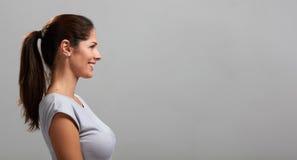 Lächelndes Profilporträt der jungen Frau lizenzfreie stockfotos