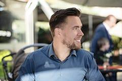 Lächelndes Profilporträt des jungen gut aussehenden Mannes lizenzfreies stockfoto
