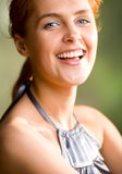 Lächelndes red-haired Mädchen des glücklichen reizenden Bonbons, draußen Stockbild