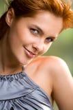 Lächelndes red-haired Mädchen des glücklichen reizenden Bonbons, draußen Lizenzfreies Stockfoto