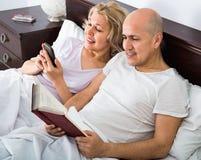 Lächelndes reifes Social Networking der Paare des Positivs zusammen Stockbilder