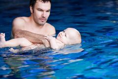 Lächelndes reizend Baby im Swimmingpool Stockbild