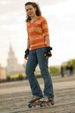 Lächelndes Rollerskating-Mädchen lizenzfreies stockbild