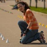 Lächelndes Rollerskating-Mädchen stockfotos