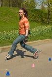 Lächelndes Rollerskating-Mädchen lizenzfreie stockfotos