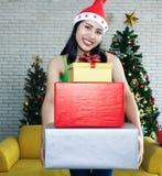 Lächelndes sandiges Mädchen, das viele Geschenkboxen hält stockfotos