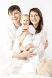 Lächelndes Schätzchen der glücklichen Familienholding Stockfoto