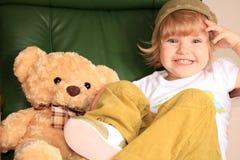 Lächelndes Schätzchen mit einem Spielzeugbären lizenzfreies stockbild