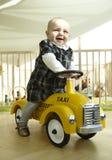 Lächelndes Schätzchen-Reitspielzeug-Auto stockbilder
