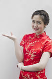 Lächelndes schönes chinesisches Gestikulieren der jungen Frau Stockbild