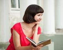 Lächelndes schönes Mädchen mit einem Buch Lizenzfreie Stockfotos