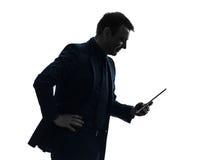 Lächelndes Schattenbild der digitalen Tablette des Geschäftsmannes Stockbild