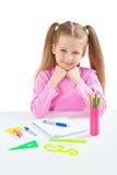 Lächelndes Schulmädchen, das bei Tisch sitzt lizenzfreie stockbilder