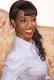 Lächelndes schwarzes Mädchenportrait in der Retro- Art Stockfoto