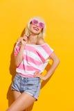 Lächelndes Sommermädchen in den rosa Gläsern Stockfotos