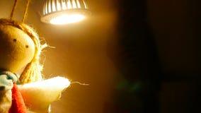 Lächelndes Spielzeug von den Faden in der warmen Beleuchtung stockfoto
