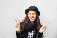 Lächelndes städtisches Mädchen mit Lächeln auf ihrem Gesicht Porträt des modernen gir eine Felsenschwarzart draußen tragend, die  Lizenzfreies Stockbild