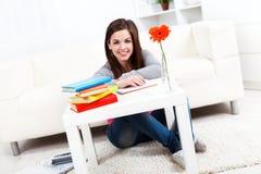 Lächelndes Studentenmädchen Stockfotografie