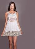 Lächelndes tragendes Sommerkleid der Frau Stockfotografie