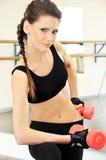 Lächelndes Training der jungen Frau in der Gymnastik lizenzfreie stockbilder