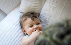 Lächelndes und aufeinander einwirkendes Babyniederlegungs-Hauptporträt lizenzfreie stockbilder