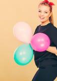 Lächelndes verrücktes Mädchen, das Spaß mit Ballonen hat Stockfotos