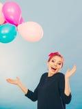 Lächelndes verrücktes Mädchen, das Spaß mit Ballonen hat Stockfotografie