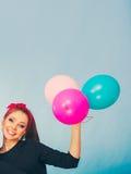 Lächelndes verrücktes Mädchen, das Spaß mit Ballonen hat Lizenzfreie Stockfotografie