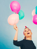 Lächelndes verrücktes Mädchen, das Spaß mit Ballonen hat Lizenzfreie Stockbilder