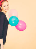 Lächelndes verrücktes Mädchen, das Spaß mit Ballonen hat Stockbild