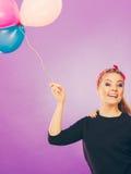Lächelndes verrücktes Mädchen, das Spaß mit Ballonen hat Lizenzfreies Stockbild
