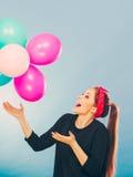 Lächelndes verrücktes Mädchen, das Spaß mit Ballonen hat Stockfoto